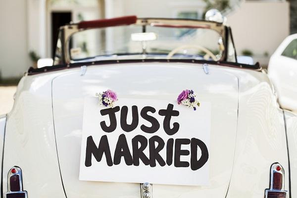 voiture avec panneau just married